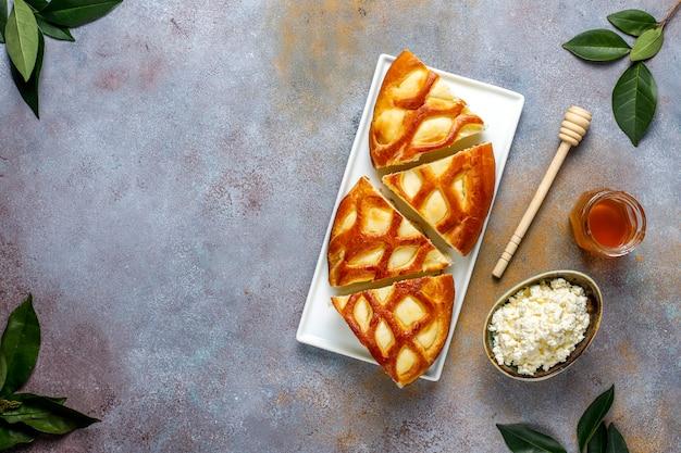 Heerlijke zelfgemaakte kwarktaart taart met verse kwark en honing, bovenaanzicht