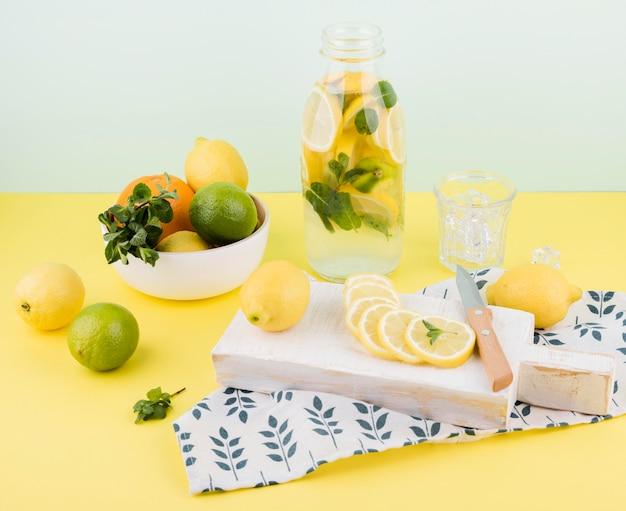 Heerlijke zelfgemaakte limonade klaar om te worden geserveerd