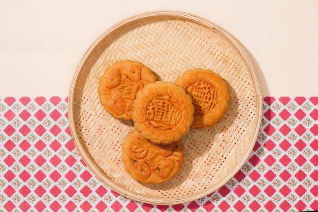 Heerlijke zelfgemaakte mooncake van de vietnamese keukencultuur. tekst op taart betekent geluk.