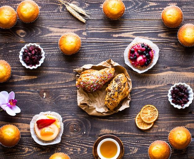 Heerlijke zelfgemaakte muffins met yoghurt, op een houten oppervlak met ruimte voor tekst.