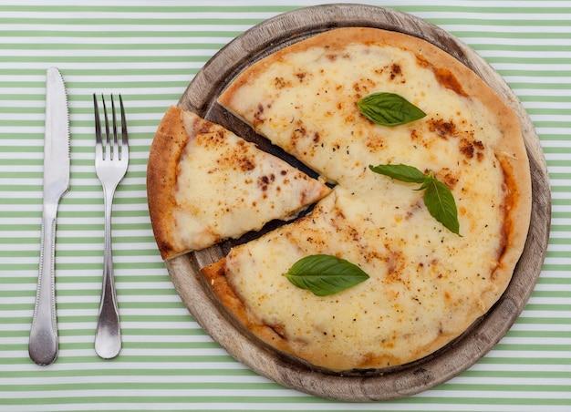 Heerlijke zelfgemaakte pizza met ham en groenten.