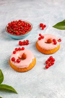 Heerlijke zelfgemaakte rode bes glazuur donuts.