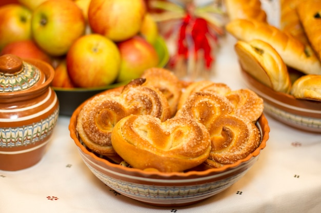 Heerlijke zelfgemaakte verse broodjes op de tafel in kommen. ik heb ze met de hand gemaakt