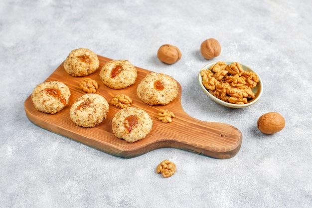 Heerlijke zelfgemaakte walnoot- en jamkoekjes.