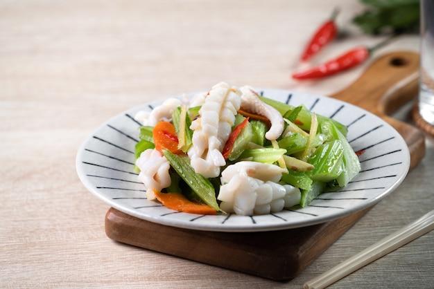 Heerlijke zelfgemaakte zeevruchten met groentemaaltijd op houten eettafel