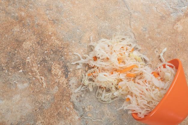 Heerlijke zelfgemaakte zuurkool uit oranje kom