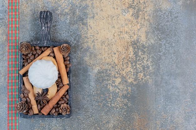 Heerlijke zephyr met koffiebonen en dennenappels. hoge kwaliteit foto