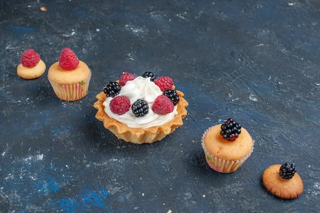 Heerlijke zoete cake met verschillende bessen en lekkere room op donkergrijze, fruit bessen kleur cake biscuit zoete bak