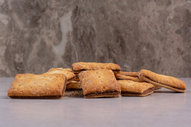 Heerlijke zoete crackers op zak op witte achtergrond. hoge kwaliteit foto