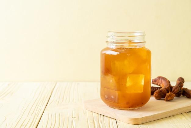 Heerlijke zoete drank tamarinde sap en ijsblokje. gezonde drankstijl