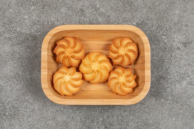 Heerlijke zoete koekjes in houten kom.