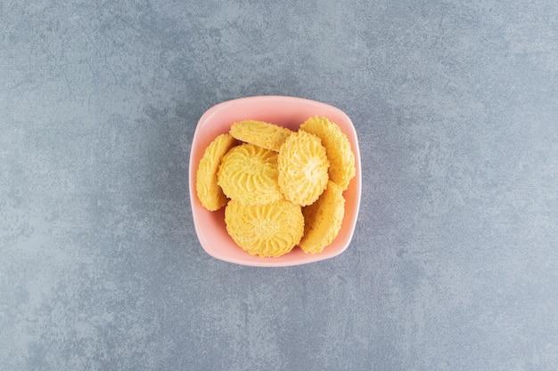 Heerlijke zoete koekjes in roze kom.