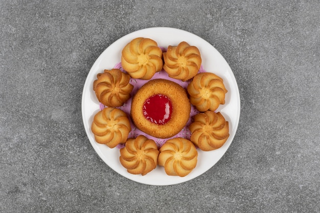 Heerlijke zoete koekjes op witte plaat.