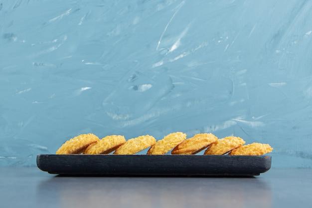 Heerlijke zoete koekjes op zwarte plaat.