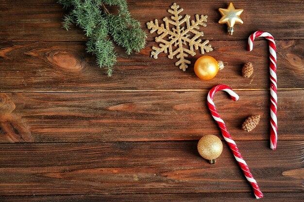 Heerlijke zuurstokken en kerstversiering op houten achtergrond