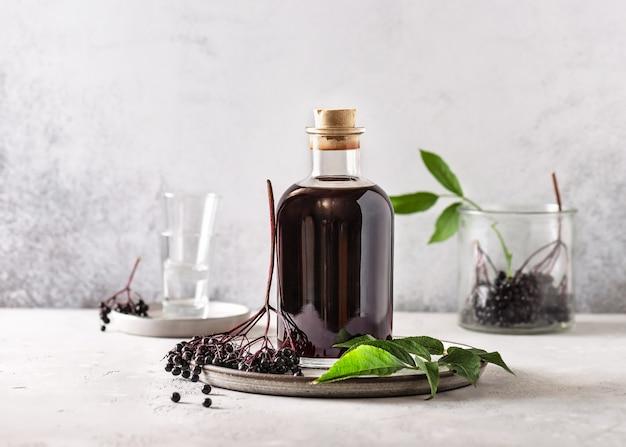 Heerlijke zwarte vlierbessenlikeur in een glazen fles