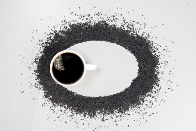 Heet, aromathee op cirkel met het brouwen van thee op wit