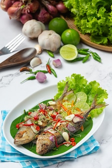 Heet en kruidig makreel versierd met thaise voedselingrediënten