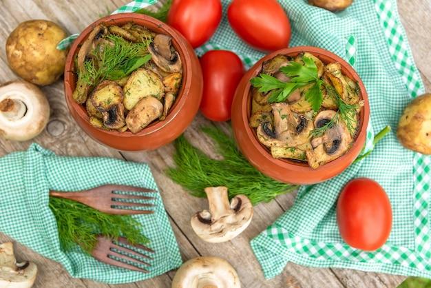 Heet en lekker gerecht van champignons, vlees en aardappelen gebakken in de oven