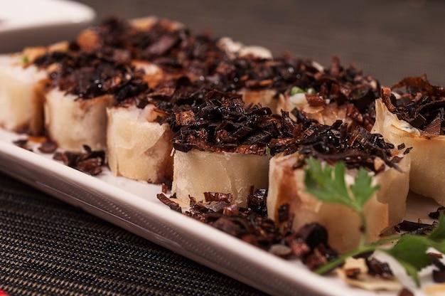 Heet japans eten, aziatische maaltijd met gegrilde zalm en knapperige knoflook