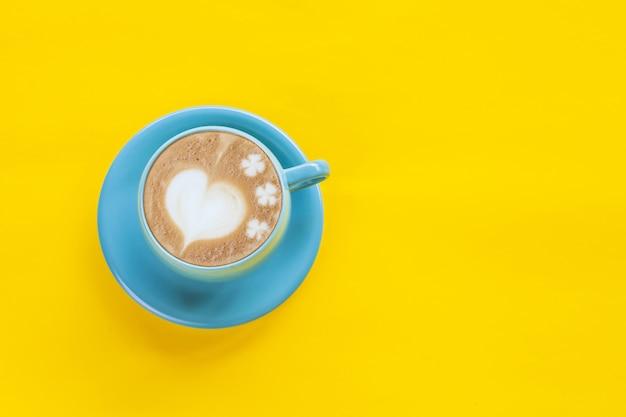 Heet koffie latte art heart op kleurenachtergrond.