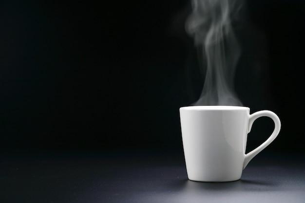Heet koffiekopje of thee en stoomdamp.