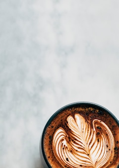 Heet koffiekopje op een tafel