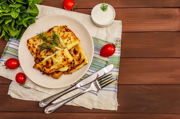 Heet voorgerecht - pitabroodje met kaas en kruiden. vegetarisch gezond eten