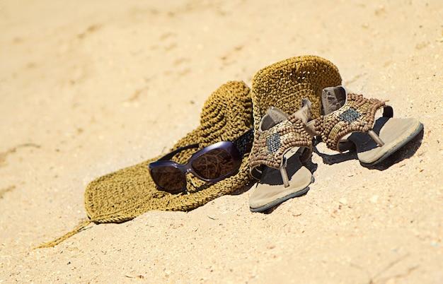 Heet zomerconcept op zandstrand met accessoires