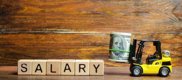 Heftruck draagt een bundel dollars naar het opschrift salaris