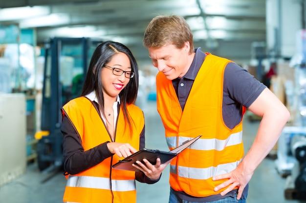 Heftruckchauffeur en supervisor in magazijn