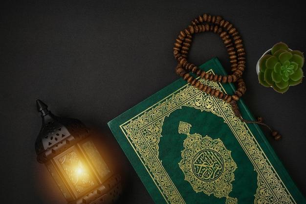 Heilige al koran met geschreven arabische kalligrafie betekenis van al qura