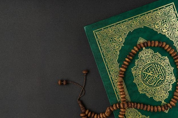 Heilige al koran met geschreven arabische kalligrafie betekenis van al quran