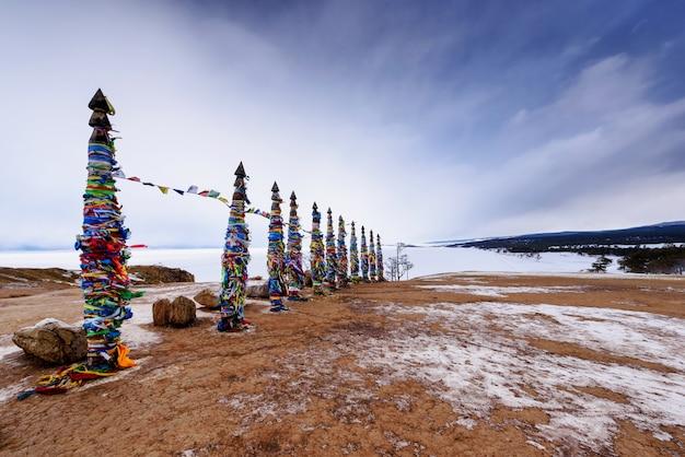 Heilige begraafplaats op olkhon-eiland, meer baikal, rusland