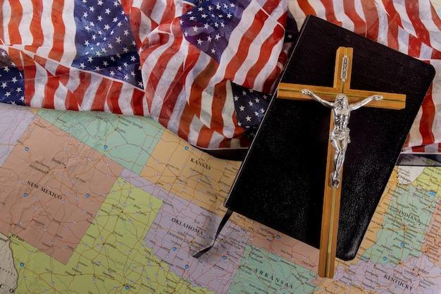 Heilige bijbel van de christen steekt de hoop van de mensheid op verlossing op weg naar god door gebed op amerikaanse vlag en kaart van de vs