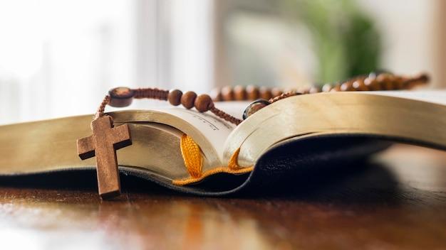 Heilige boek open met rozenkrans