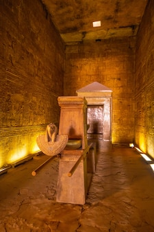 Heilige boot in de tempel van edfu in de stad edfu, egypte. aan de oever van de nijl