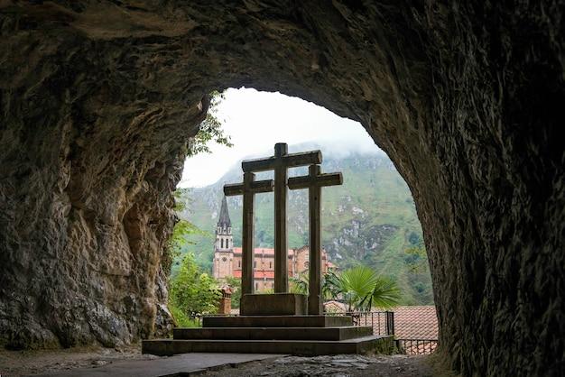 Heilige grot van covadonga asturias met drie kruisen en op de achtergrond de ongelooflijke groene bergen van noord-spanje
