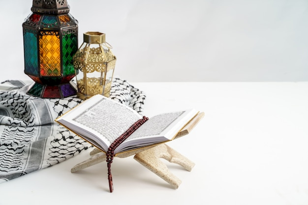 Heilige koran en arabische lantaarn op wit
