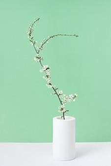 Heilwens voorjaar kaart met tedere bloeiende kersen bloemen tak in een keramische vaas