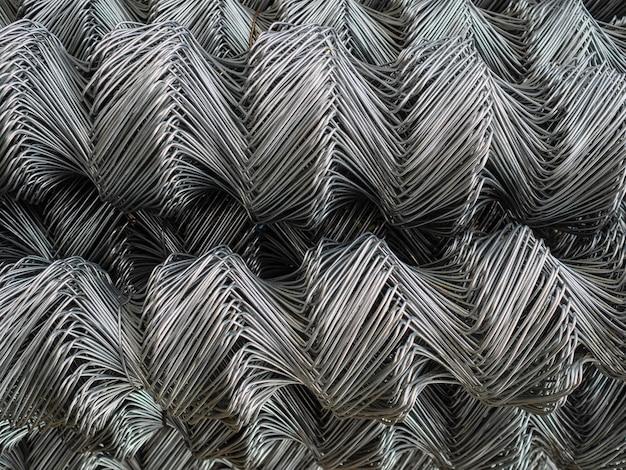 Hekrollen zijn gemaakt van gegalvaniseerd staal gaas. grote, gedraaide cellen op het hek