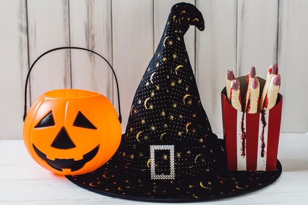 Heks hoed met jack-o-lantaarn en gesneden vingers
