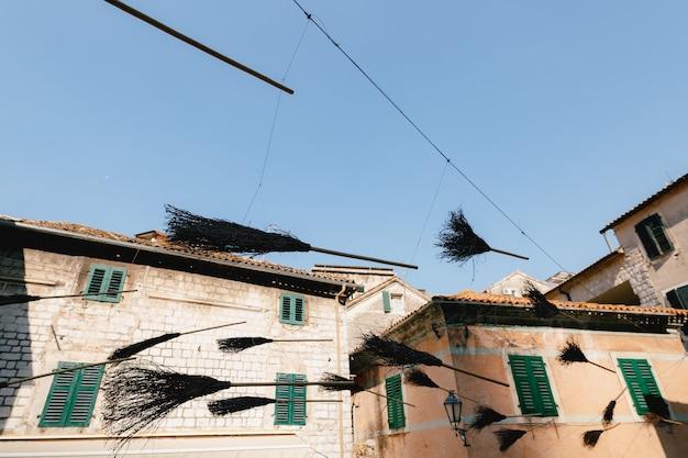 Heks leeft op de straat van de oude stad van kotor in montenegro