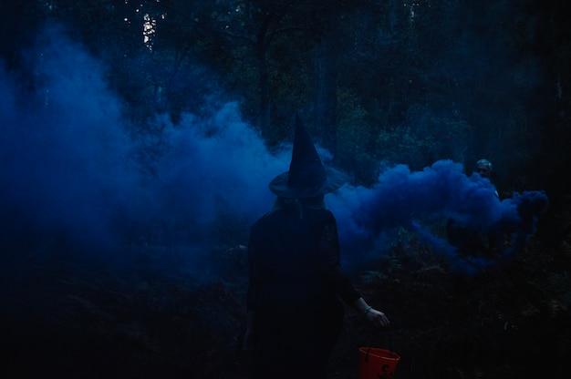 Heks staande terug in mist