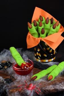 Heksen vingerkoekjes gemaakt van kruimeldeeg met amandelnagel.
