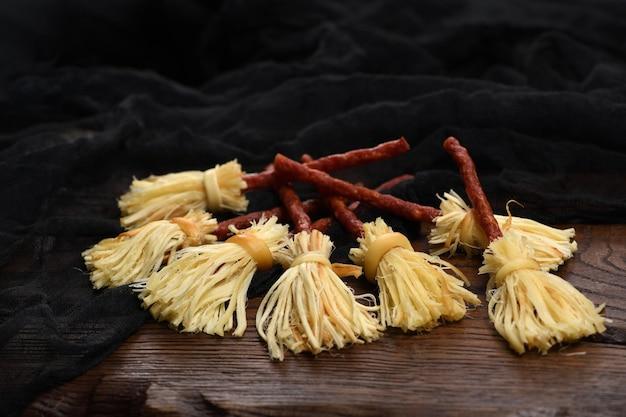 Heksenbezem van gerookte kaas suluguni en salami. origineel idee halloween-snack.