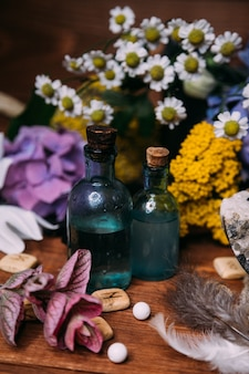 Hekserijconcept met drankjes, kruiden en occulte uitrusting