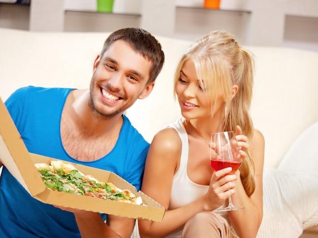 Helder beeld van een gelukkig romantisch koppel aan het eten (focus op de mens)