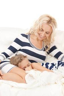 Helder beeld van gelukkige moeder en slapend meisje.