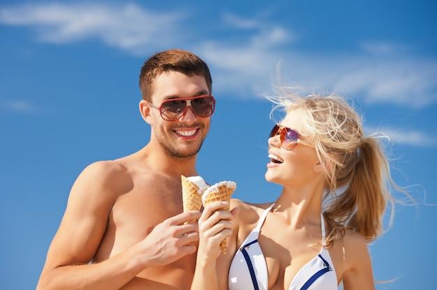 Helder beeld van gelukkige paar met ijs.